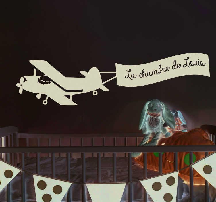 TenStickers. Sticker Illustration Avion avec Prénom. Pour customiser à votre manière l'espace personnel de votre enfant, rien ne vaut un sticker d'avion en vol avec son nom écrit sur la banderole.