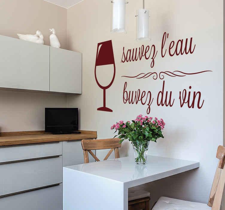 """TenStickers. Sticker Boisson Sauvez l'eau Buvez du vin. Si vous voulez décorer les murs de votre cuisine avec humour et convivialité, rien de tel que ce sticker texte """"sauvez l'eau buvez du vin""""."""