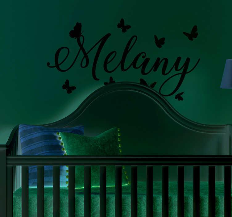 TenStickers. Sticker Chambre Enfant Prénom avec papillons. Pour un autocollant texte personnalisé pour la chambre de votre enfant, cet autocollant de prénom et de papillons élégants sera parfait.