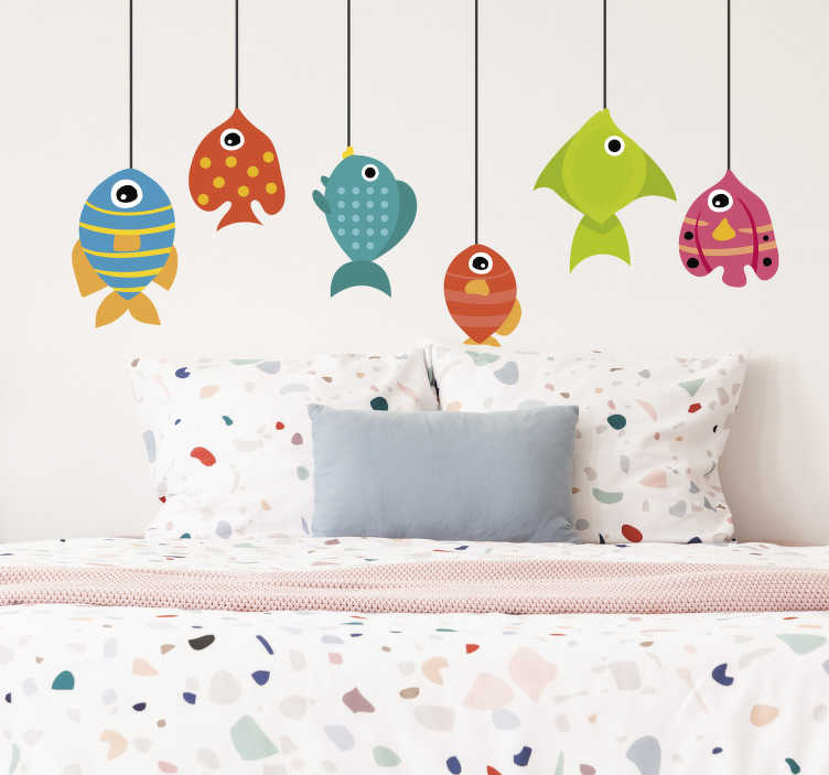 TenStickers. 작은 물고기 물고기 벽 스티커. 즐거운 분위기와 재밌는 분위기로 여러 가지 다채로운 물고기로 장식 된이 벽 스티커는 자녀의 침실에 완벽하게 어울립니다!