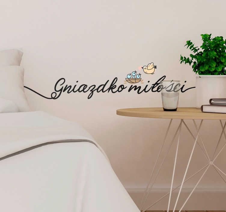 TenStickers. Naklejka na ścianę do sypialni Napis Gniazdko miłości. Oryginalne napisy na ścianę do sypialni w formie naklejek z najwyższej jakości winylu. Sprawdź niezwykłe naklejki na ścianę do sypialni nad łóżko.