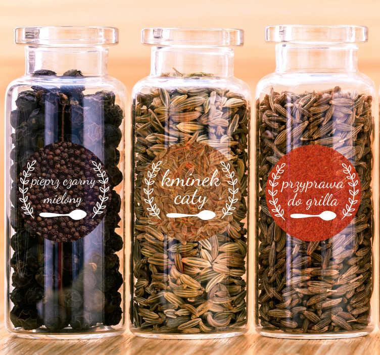 TenStickers. Fototapeta Etykiety na przyprawy. Naklejki etykiety na przyprawy to świetny pomysł na łatwe rozróżnianie przypraw. Sprawdź nasze oryginalne naklejki do kuchni.