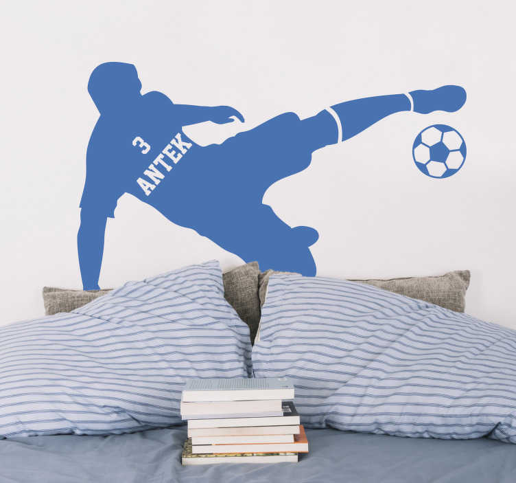TenStickers. Naklejka na ścianę do pokoju młodzieżowego Piłkarz z imieniem. Naklejka ścienna do pokoju dziecięcego piłkarz z piłką to wspaniały pomysł na naklejki na ścianę dla chłopca. Sprawdź też inne naklejki piłkarskie.