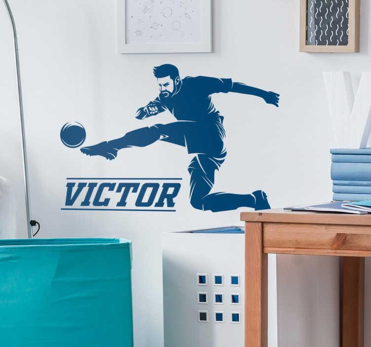 TenStickers. Naklejka z rysunkiem Piłkarz strzelający gola. Naklejka na ścianę dla dzieci piłkarz kopiący piłkę to wspaniały pomysł na naklejki na ścianę dla chłopców. Sprawdź też inne naklejki piłkarskie.
