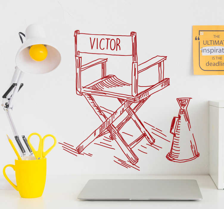 TenStickers. Autocollant Chaise de directeur personnalisée. Cet autocollant cinéma de chaise de directeur de film est personnalisable pour correspondre au prénom de votre choix : pour tous les fans du cinéma !