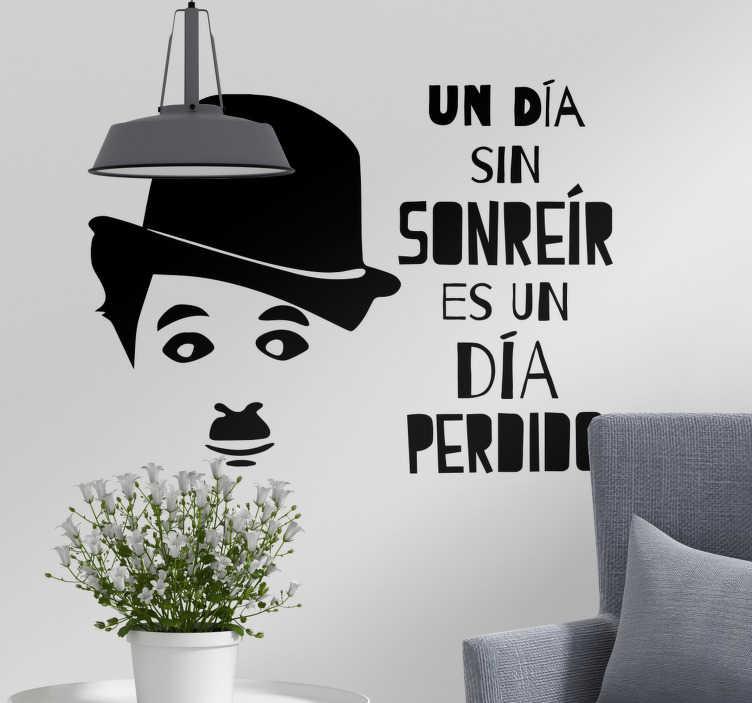 """TenVinilo. Vinilo frase célebre sonreír charles chaplin. Pegatina formada por la frase célebre """"Un día sin sonreír es un día perdido"""" y la cara del humorista Charles Chaplin. Descuentos para nuevos usuarios."""
