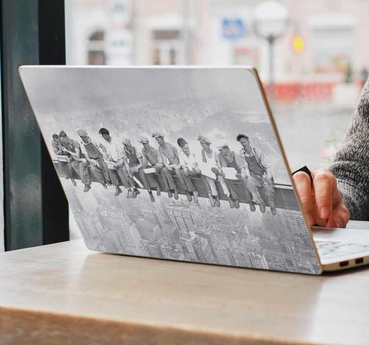 TenStickers. Fototapeta Pracownicy na Rockefeller center. Chcesz ciekawie ozdobić swój laptop? Sprawdź oryginalne skórki na laptopa jak na przykład czarno biała naklejka z pracownikami na Rockefeller Center.