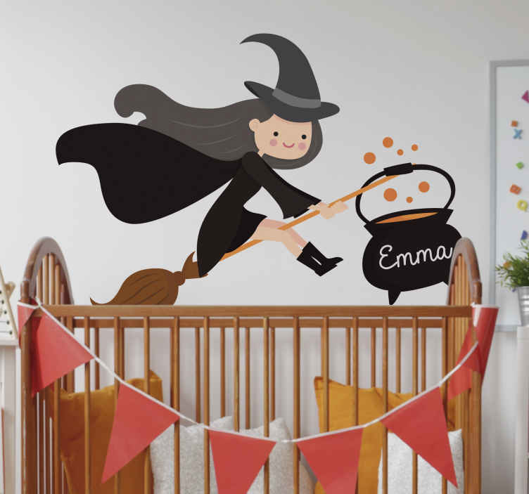 TenStickers. Sticker Halloween Sorcière Personnalisée. Envie d'un dessin autocollant mural pour la chambre de votre enfant à Halloween ? Ne cherchez plus : cette petite sorcière peut être personnalisée !