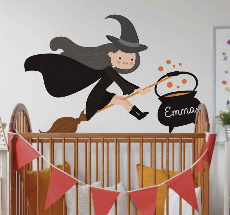 TenStickers. 巫婆万圣节儿童房贴纸. 很棒的女巫墙贴作为万圣节墙壁装饰或万圣节墙贴!女巫墙贴和女巫墙名字贴纸为孩子们。