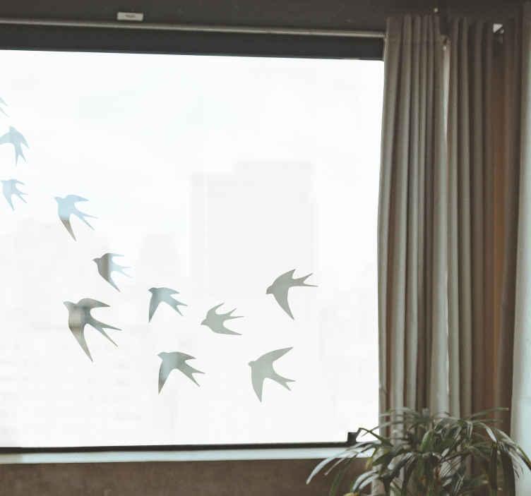 TenStickers. Naklejka z rysunkiem Lecące jaskółki. Nie wiesz jak udekorować salon lub sypialnię? Sprawdź nasze naklejki jaskółki lecące w stadzie. Idealne naklejki ptaki na szybę.
