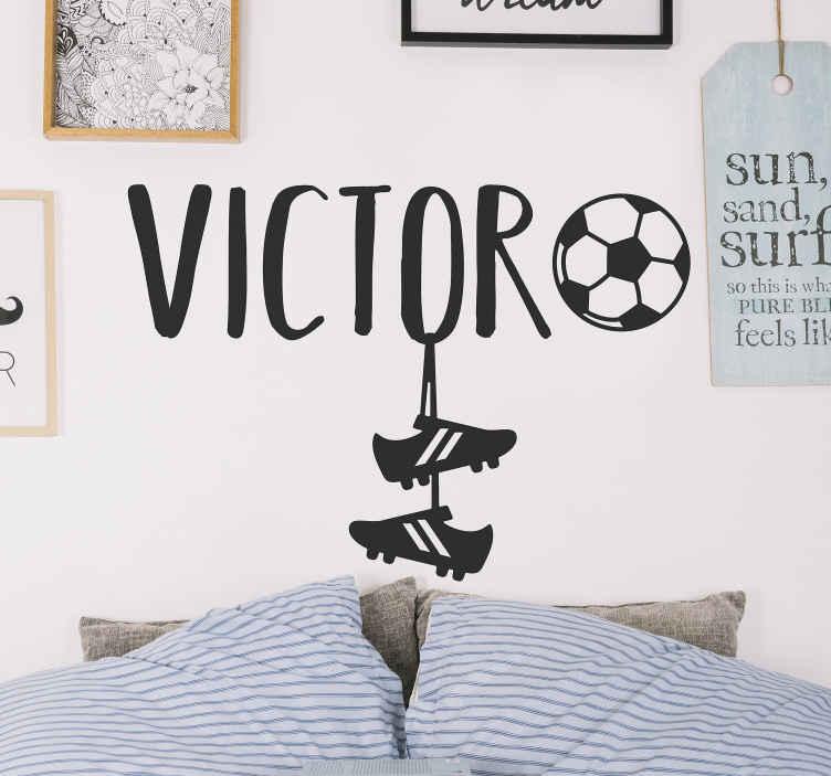 TenStickers. Naklejka ścienna Naklejka z imieniem i piłką. Naklejka na ścianę dla dzieci z piłką to wspaniały pomysł na naklejki na ścianę dla chłopców. Sprawdź też inne naklejki piłkarskie.