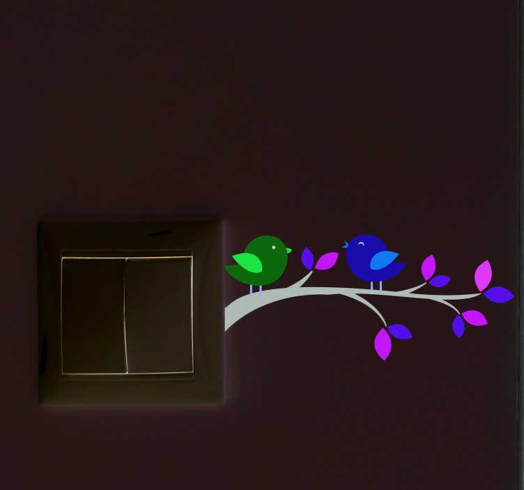 TenStickers. Sticker Oiseau Deux oiseaux sur une branche. Puisqu'une belle déco d'intérieur se cache dans les détails, optez pour ce sticker interrupteur d'oiseaux colorés sur une branche d'arbre.