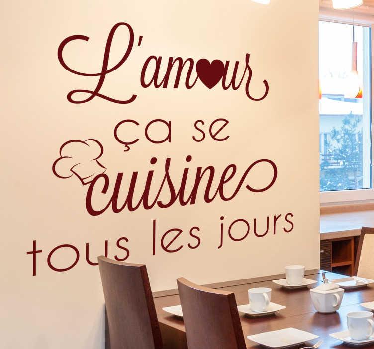 """TenStickers. Sticker Mural L'amour ça se cuisine. À tous ceux qui sont persuadés que """"l'amour, ça se cuisine tous les jours"""", cet autocollant texte personnalisé embellira merveilleusement la cuisine !"""