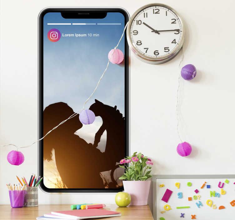 TenStickers. Naklejki na ścianę 3d instagram. Naklejka na ścianę przedstawiająca telefon z otwartą aplikacją Instagrama, która ilustruje relacje użytkownika na Stories!
