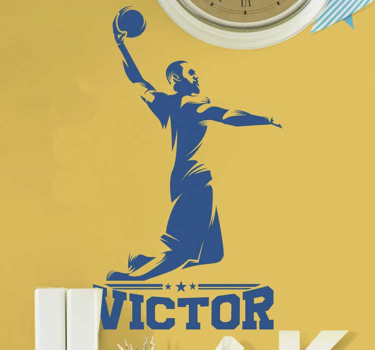 TENSTICKERS. 名前のバスケットボールの壁のステッカーが付いている仲間のバスケットボール選手. パーソナライズされた名前の装飾的なバスケットボール選手の壁のステッカー。デザインの名前を入力します。さまざまな色とサイズでご利用いただけます。
