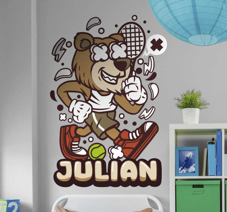 TenStickers. Naklejka z rysunkiem miś tenis zwierzęta. Naklejka na ścianę zwierzęta dla dzieci przedstawia kroczącego dzielnie misia z paletką oraz piłką do tenisa w sportowym ubraniu.