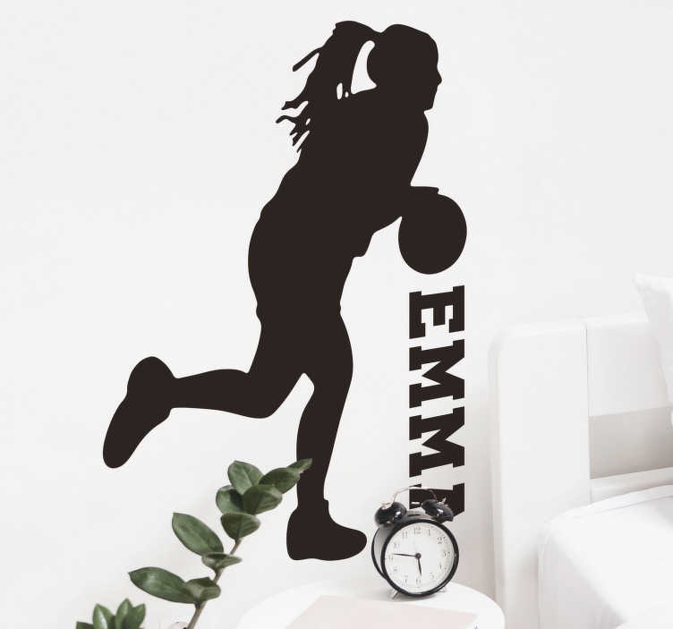 TenStickers. Silhouette stickers basketbalspeelster met naam. Als je dochter ervan droomt om een professionele basketbalspeelster te worden, is deze gepersonaliseerde basketball muursticker de ideale muursticker.