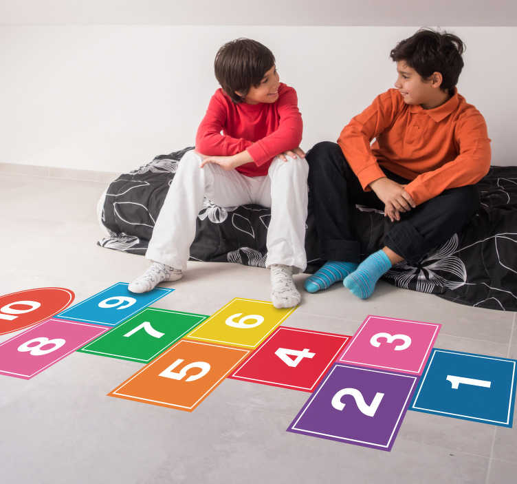 TenStickers. Bunter Hickelkasten Vinyl Aufkleber Boden. Farbenfrohes Hickelkasten Bodenaufkleber Design, um den Platz im Haus zu einem unterhaltsamen Ort zu machen. Einfach anzuwenden und sicher zu bedienen. Es kann normal gereinigt werden.