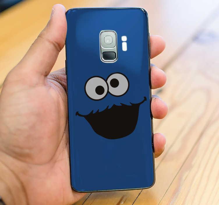 TenVinilo. Pegatina Samsung monstruo de las galletas. Sticker para móviles de la marca Samsung con tu personaje favorito de tu infancia, el famoso monstruo devora galletas de Barrio Sésamo.