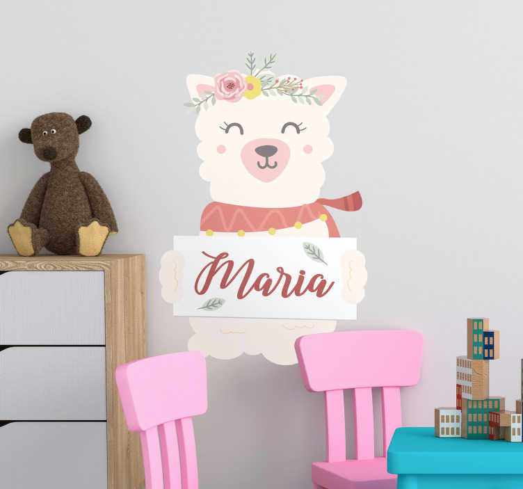 TenStickers. Sticker Chambre Enfant Alpaca. Cet autocollant dessin représente un alpaca qui porte une couronne de fleurs colorées, et dont le nom peut être personnalisé à votre guise.