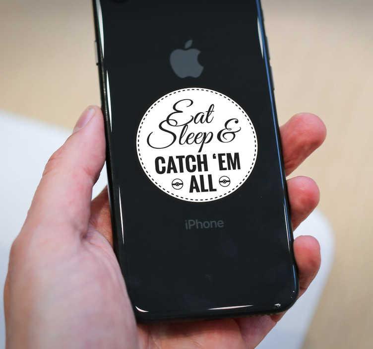 """TenStickers. Sticker Texte Catch 'Em All. Ce sticker pour iPhone s'inspire de la célèbre phrase de Pokémon """"Attrapez-les tous"""", pour montrer à tous que vous êtes un grand fan de la licence!"""