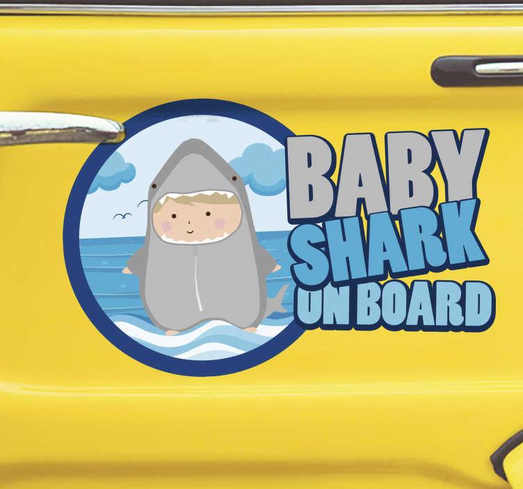 """TenVinilo. Pegatina Baby shark a bordo. Vinilo para vehículo formado por el texto """"Baby shark on board"""" acompañado del dibujo de un bebé vestido de tiburón. Vinilos Personalizados a medida."""