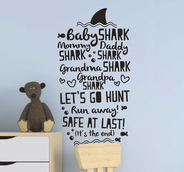 """TenStickers. Sticker Chambre Enfant Paroles Baby Shark. Ce sticker enfant est composé des paroles de """"Baby Shark"""", mais aussi de quelques petits dessins comme un aileron de requin ou des petits poissons."""