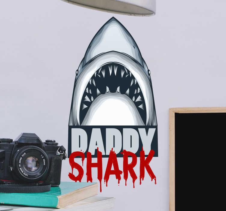 """TenVinilo. Vinilo pared frase Daddy shark. Pegatina adulta formada por la ilustración de un tiburón acompañado del texto """"Daddy Shark"""". Descuentos para nuevos usuarios."""