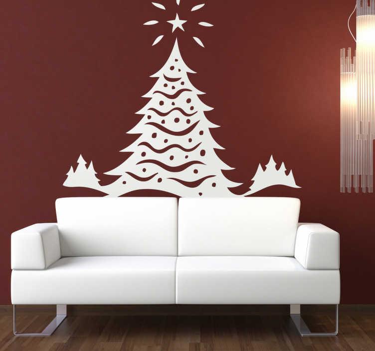 TenStickers. Sticker kerst ster winter. Deze sticker omtretn een grote hoge kerstboom gedecoreerd met slingers en een ster die erboven schijnt. Prachtige kerstdecoratie!
