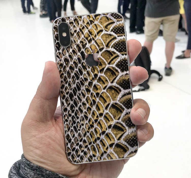 TenStickers. 뱀 질감 아이폰 스티커. 이 아이폰 스티커는 옐로우, 블랙 및 화이트의 뱀의 질감을 나타냅니다. 휴대 전화의 독창성 때문입니다.