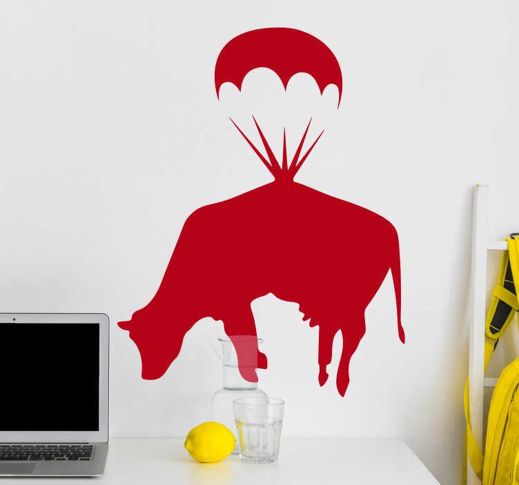 TenStickers. Banky krava s padalom vinil stenske umetniške nalepke. Okrasna nalepka živalskih zidov za umetnost z oblikovanjem krave na padalih. Kupite ga v želeni možnosti barve in velikosti.