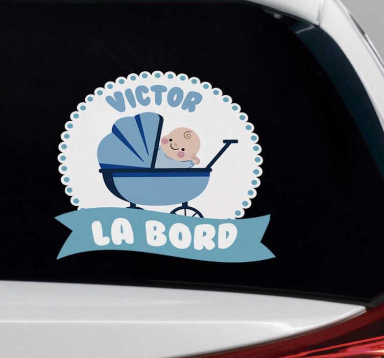 """TenStickers. Baby boy la autovehicul autocolant autocolant. Un autocolant strălucit care ilustrează un semn """"băiețel la bord"""" pentru a permite altor șoferi să știe că călătoriți cu un copil mic."""