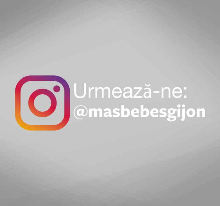 """TenStickers. Urmați-ne pe autocolantul de ferestre instagram. """"urmați-ne pe instagram"""" în limba română este o idee perfectă pentru a atrage clienții în afacerea dvs. Magazin autocolant. înscrieți-vă pentru o reducere de 10%."""