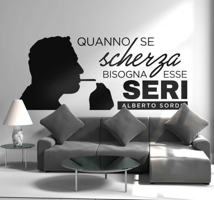 """TenStickers. Scritta adesiva per parete Alberto Sordi frase. Se anche te hai amato il film """"Il Marchese del Grillo"""" con Alberto Sordi, applica la sua celebre frase adesiva """"Quanno se scherza bisogna esse seri""""!"""