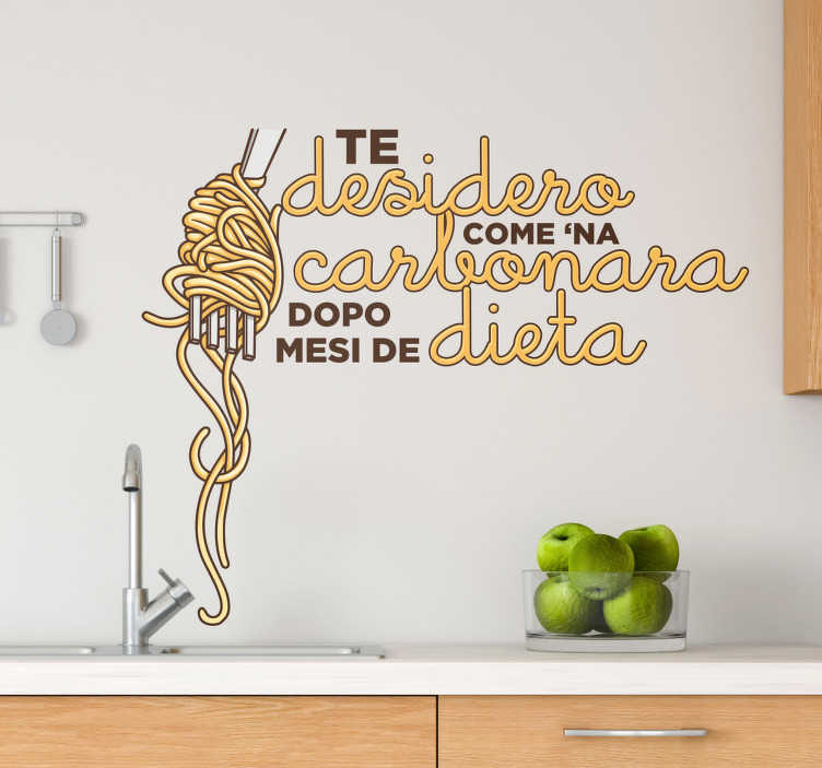 """TenStickers. Adesivo murale frase Carbonara. Celebra il tuo amore per la Carbonara, con questa divertente frase adesiva in romano: """"Te desidero come 'na carbonara dopo mesi de dieta"""""""