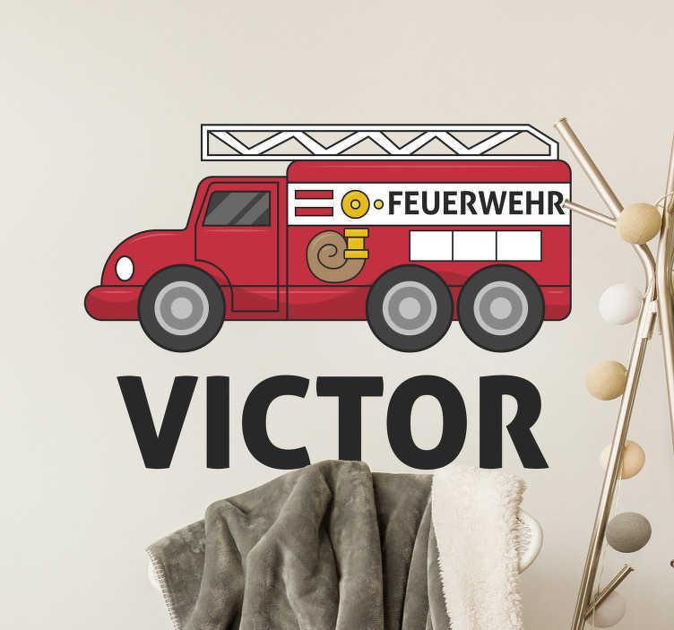 TenStickers. Wandtattoo Kind personalisiertes Feuerwehrauto. Möchten Sie einen dekorativen Aufkleber für Ihr Kinderzimmer? Dann schauen Sie sich jetzt dieses Feuerwehrdesign an und verzieren Sie das Kinderzimmer