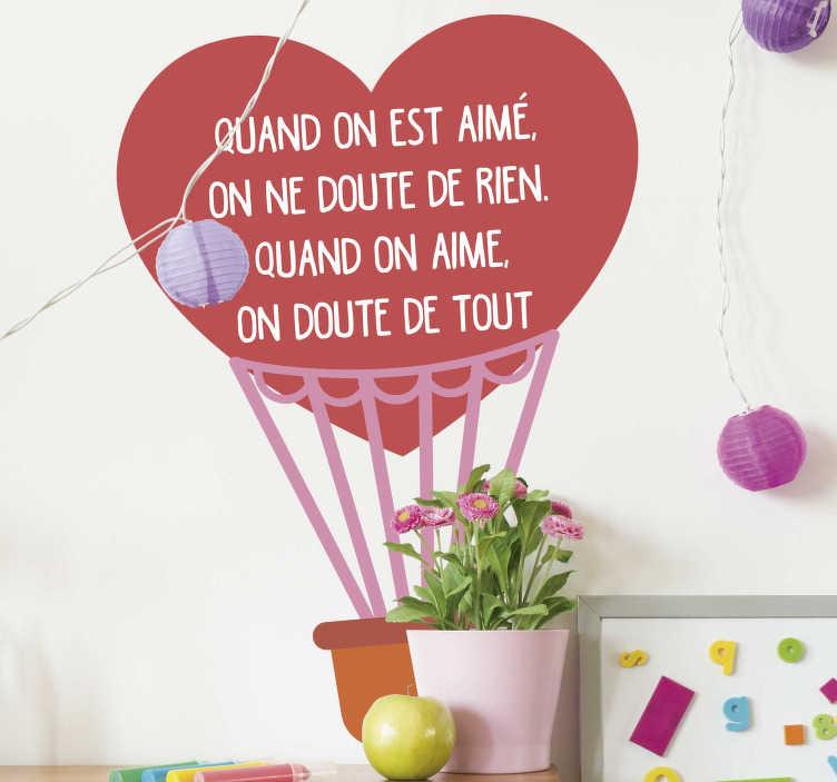 TenStickers. Sticker Chambre Enfant Quand on est aimé. Cet autocollant dessin représente une montgolfière en forme de coeur, complété par une magnifique citation sur le sentiment d'aimer et d'être aimé.