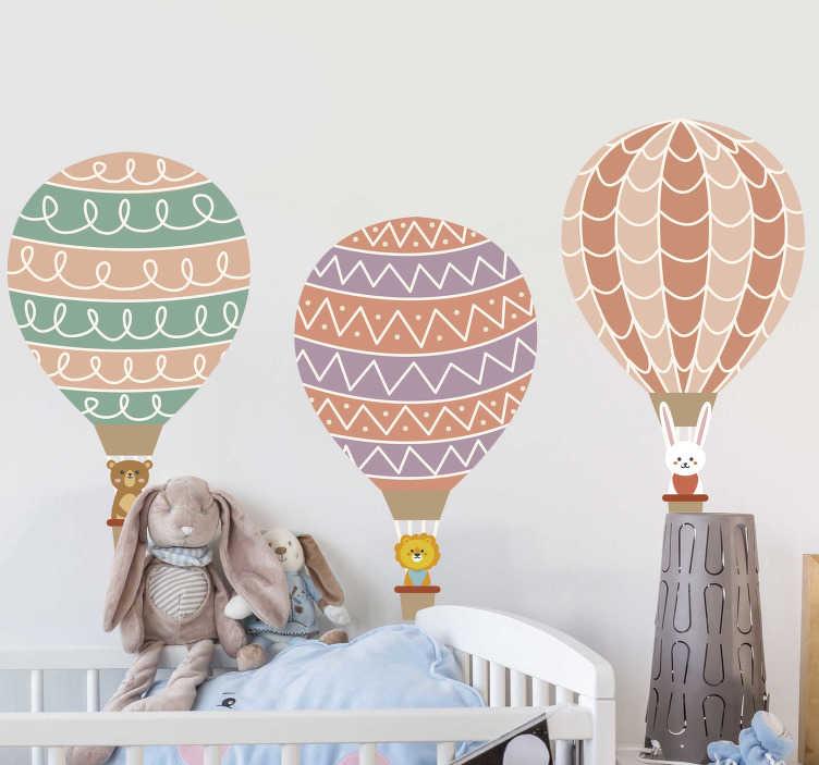 TenStickers. Naklejka na ścianę dla dzieci Trzy wzorzyste balony. Naklejka na ścianę do pokoju dziecięcego przedstawiające Trzy balony w którym siedzą trzy różne zwierzaki. Idealna do dekoracji ścian i mebli.