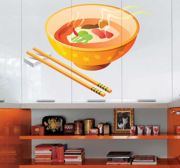 TenStickers. Chinese soep sticker. Chinese muursticker voor uw keuken, een kopje warme Chinese soep. Naast het bakje zie je de chopsticks. Een typisch gerecht uit China.