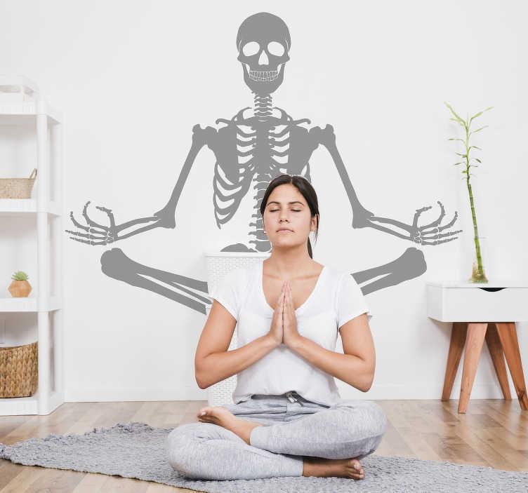 TenVinilo. Vinilo para negocio esqueleto meditando. Pegatina adhesiva formada por la silueta de un esqueleto meditando, ideal para una sala de yoga o un hospital. Fácil aplicación y sin burbujas.