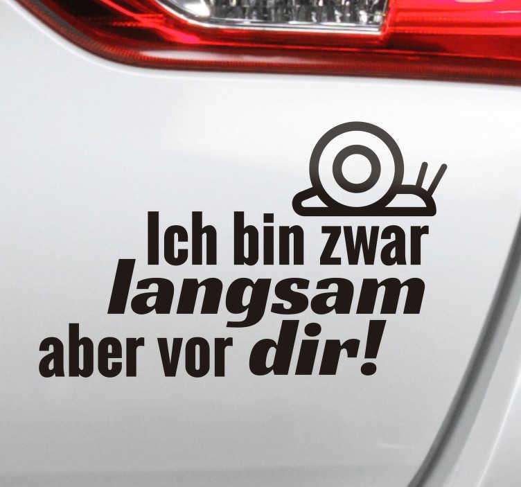 TenStickers. Autoaufkleber Ich bin zwar langsam. Lustiger Sticker für Ihr Auto, gerade wenn Sie nicht immer der Schnellste auf den Straßen sind. Für Autofahrer mit Humor!