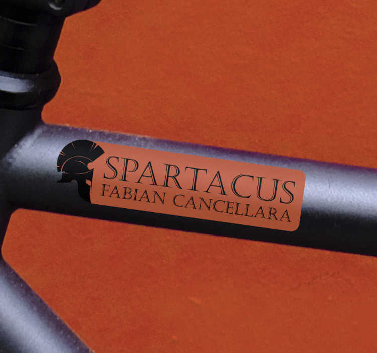 """TenStickers. Adesivo bici spartacus fabian cancellara. Sei un fan di ciclismo? Decora la tua bicicletta con questo adesivo bici, il quale presenta il testo """"Spartacus"""",il soprannome di Fabian Cancellara."""