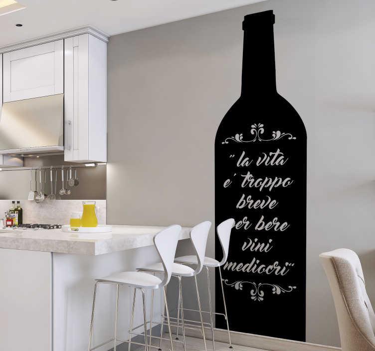 """TenStickers. Disegno per pareti citazione vino. Se sei un amante del buon vino, applica questa frase adesiva di Goethe, che raffigura la frase: """"La vita è troppo breve per bere dei vini mediocri""""."""
