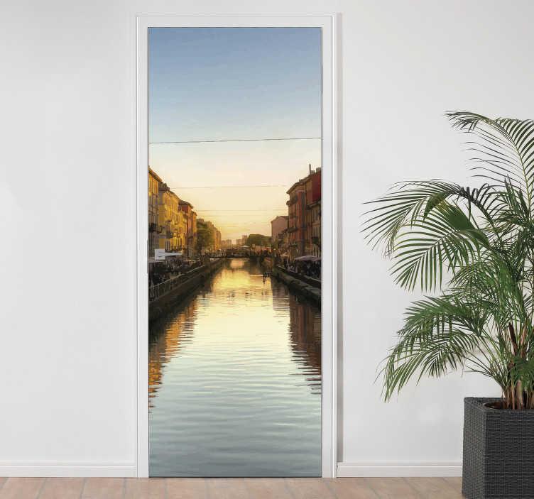 TenStickers. Adesivo per porta Milano Navigli. Applica questo adesivo per porta, il quale raffigura una foto dei Navigli a Milano durante il tramonto, se vuoi celebrare il tuo amore verso la città!