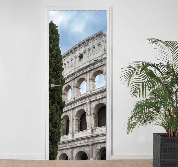 TenStickers. Adesivo per porta colosseo roma. Applica questo adesivo per porta in casa tua, che raffigura una foto del Colosseo di Roma per esprimere il tuo amore per questa città piena di storia!