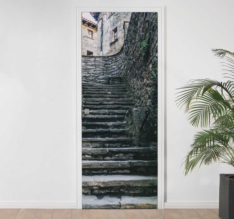 TenStickers. Naklejka na ścianę do domu kamienne schody. Naklejka dekoracyjna na drzwi przedstawia widok na ulicę w mieście, a szczególnie na kamienne schody, oryginalna dekoracja do wnętrza.