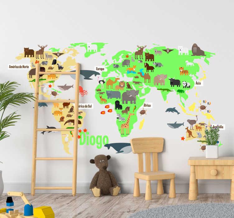 TenStickers. Vinil lugar Mapa Mundo Fauna personalizável. Autocolante decorativo infantil mapa mundo com a fauna respectiva de cada continente com nome personalizável será a estrela do quarto dos míudos.