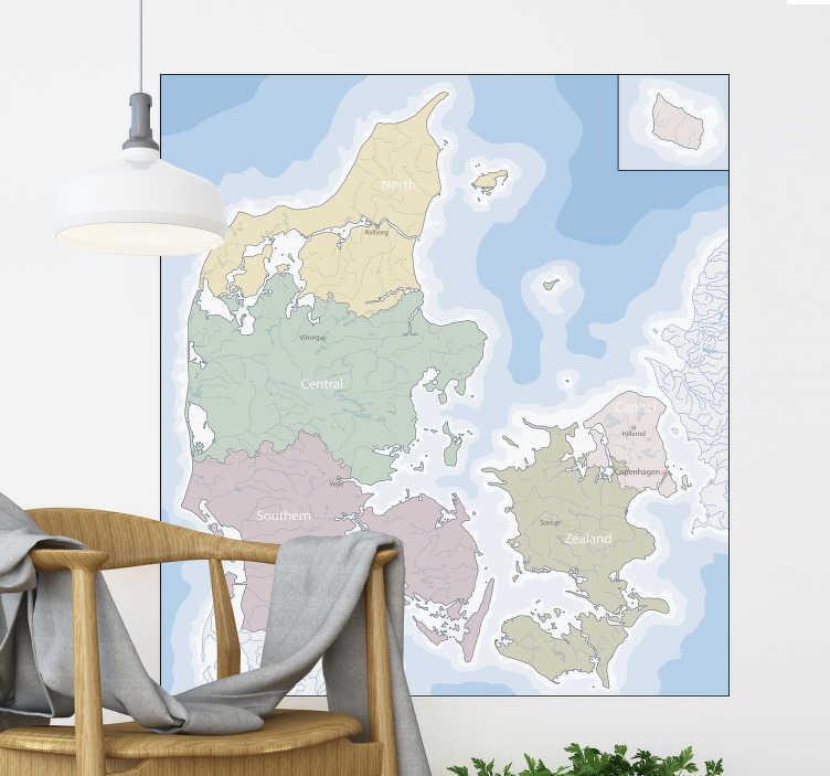 TenStickers. Dansk politisk kortplacering klistermærke. Typografi vægoverføringsbillede af danmarks politiske kort, der er fuld af farver og passer perfekt i din stue. Anti-boble vinyl.