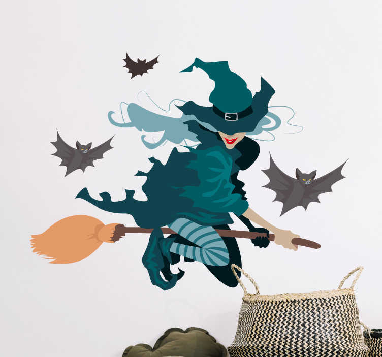 TenStickers. Halloween stickers Heks op bezem. Dit is een decoratie sticker voor in de kinderkamer. Dit ontwerp bestaat uit een heks, belkeedt met groene kleding, op een bruinebezemsteel.