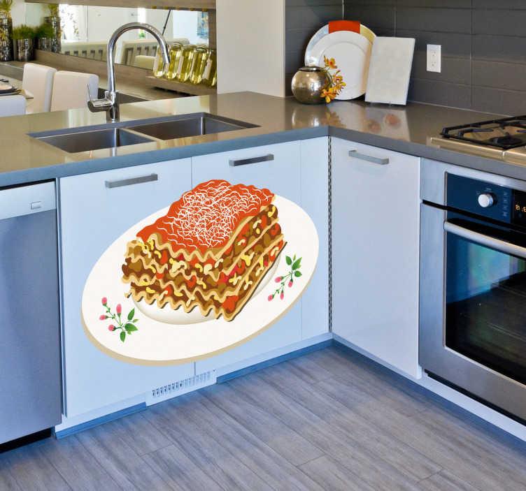 TenStickers. Naklejka dekoracyjna talerz lasagne. Naklejka dekoracyjna, która przedstawia talerz ze smakowitą lasagne z dużą ilością pomidorów i mięsa. Obrazek jest dostępny w wielu wymiarach.
